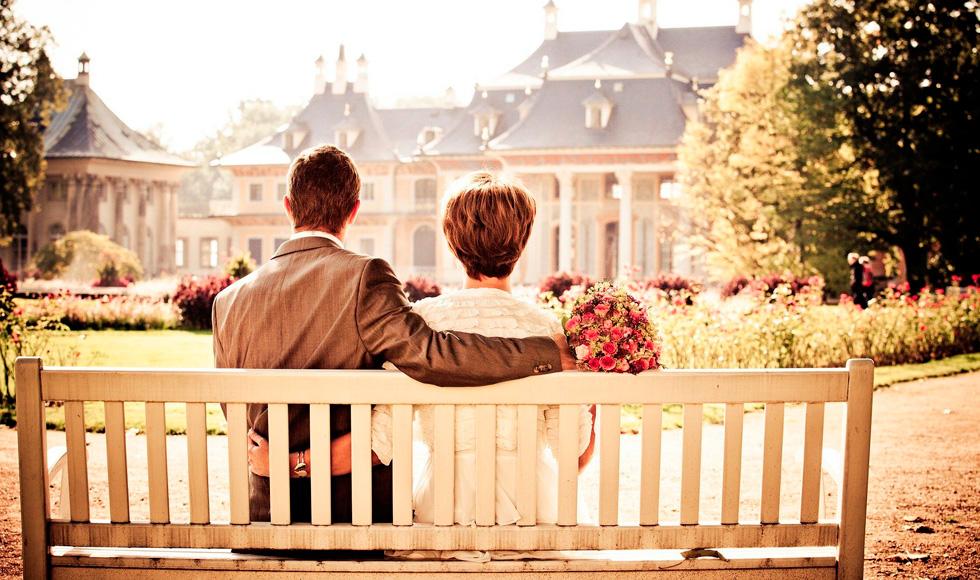 мужчина и женщина на скамье с букетом
