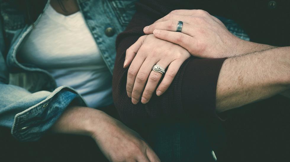 Женщина держит мужчину под руку