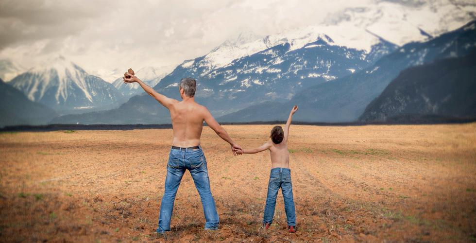 Мужчина и мальчик на фоне гор