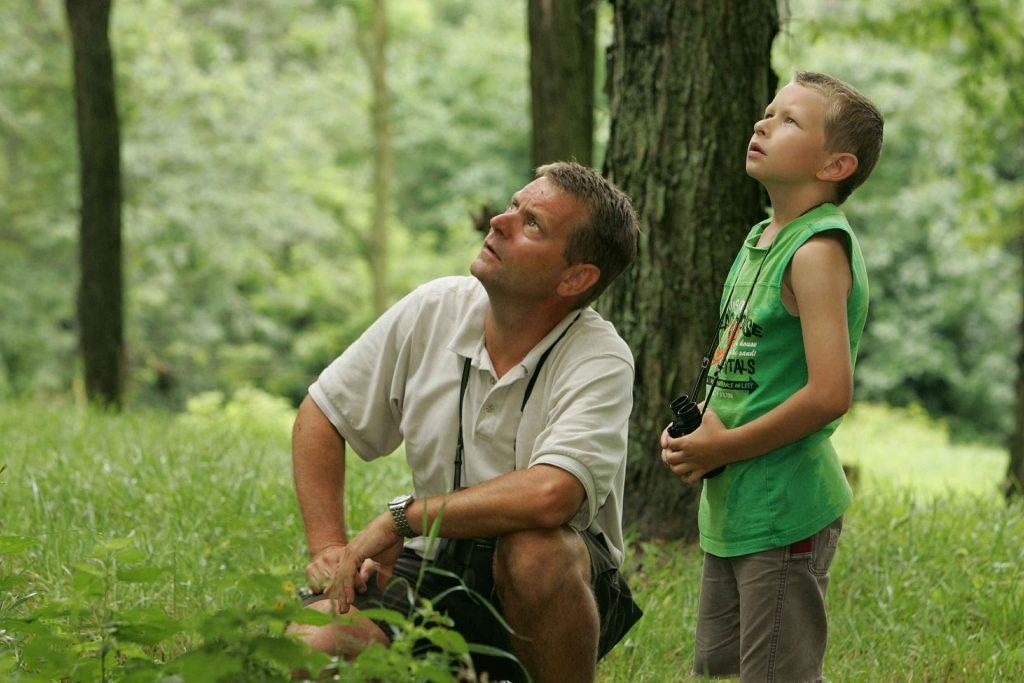 Отец и сын наблюдают за птицами