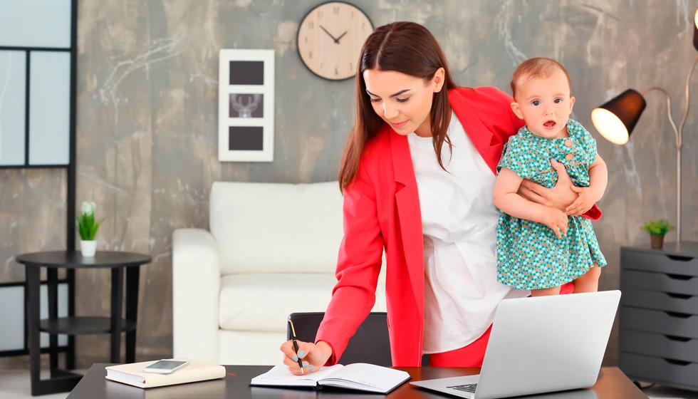Женщина с ребенком на руках работает