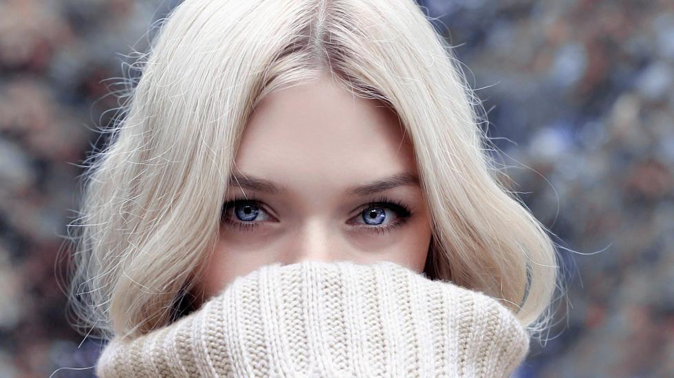 Девушка спрятала лицо воротником свитера