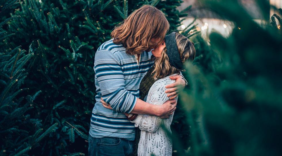Муж и жена целуются
