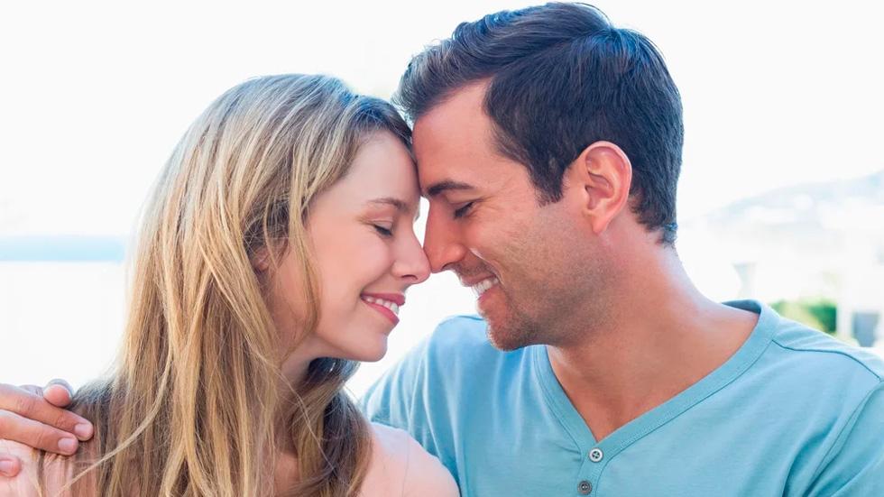 Мужчина и женщина обнялись