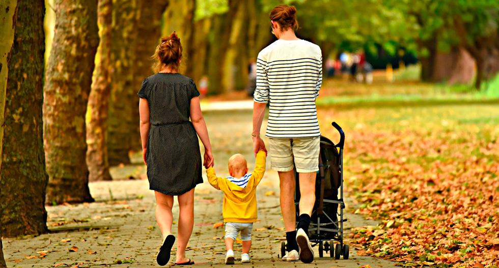 Муж и жена гуляют с ребенком