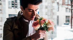 мужчина с букетом роз