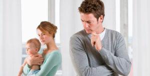 Муж с укоризной смотрит на жену с ребенком