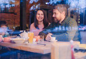 Яна Катаева с мужем за стеклом