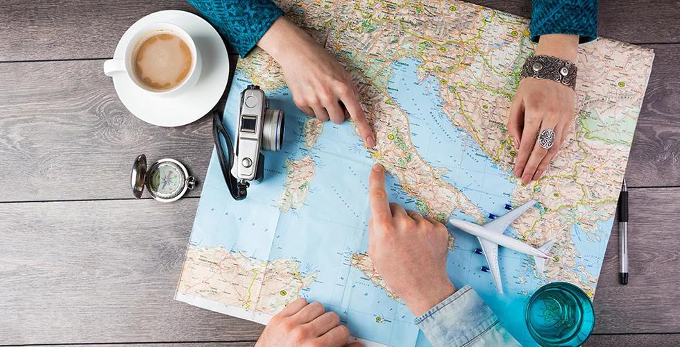 Пара планирует отпуск над картой