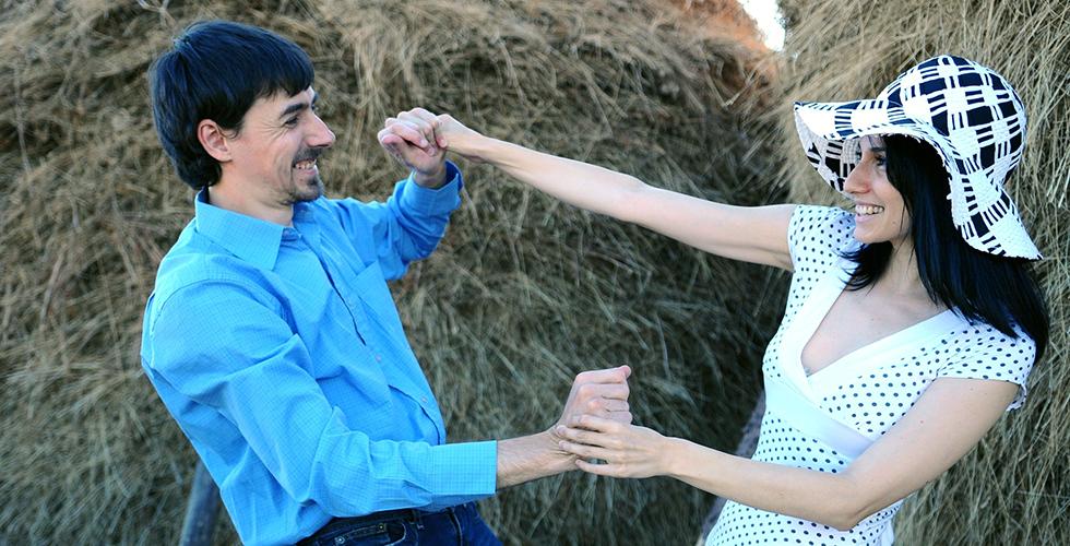 мужчина и женщина на фоне стога сена