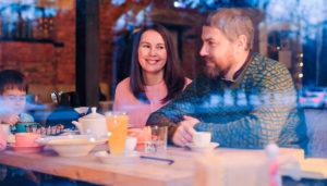 Яна Катаева с мужем в кафе