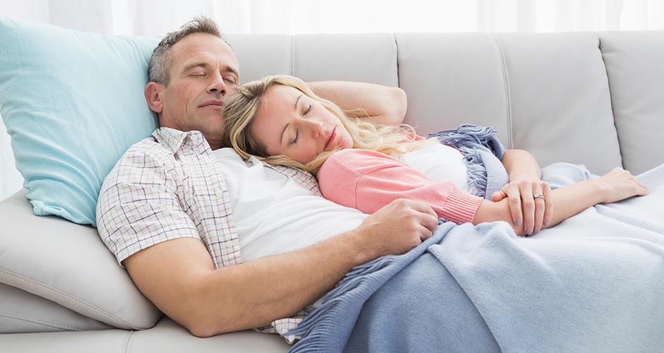 муж и жена заснули на диване