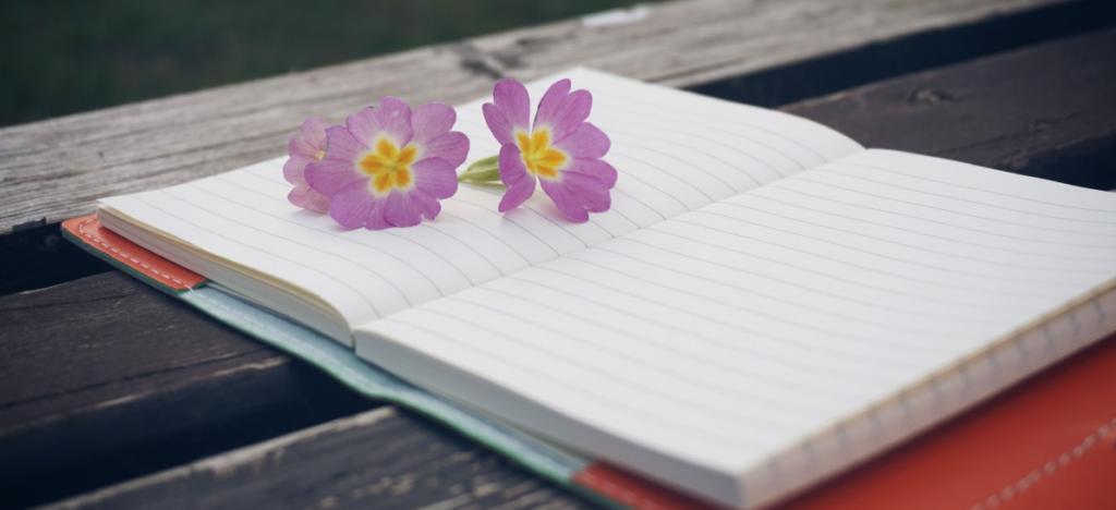 цветы на раскрытой тетради
