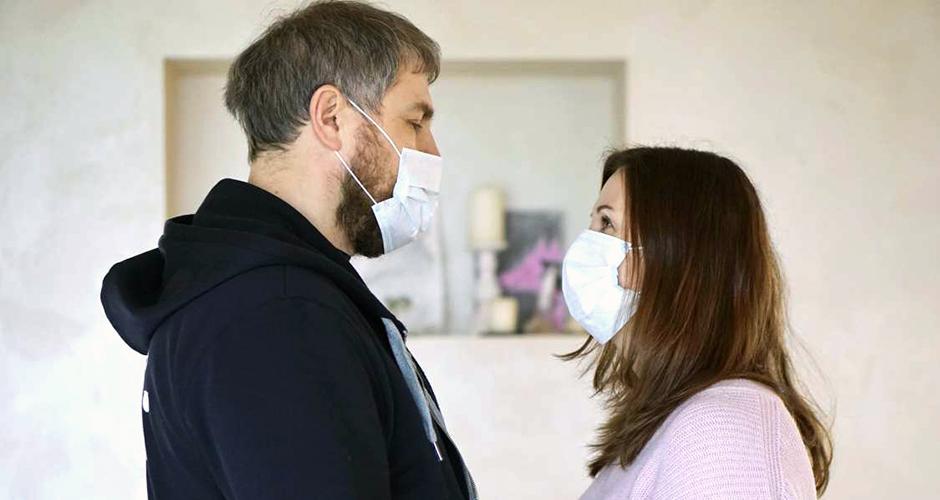 Яна с мужем в медицинских масках