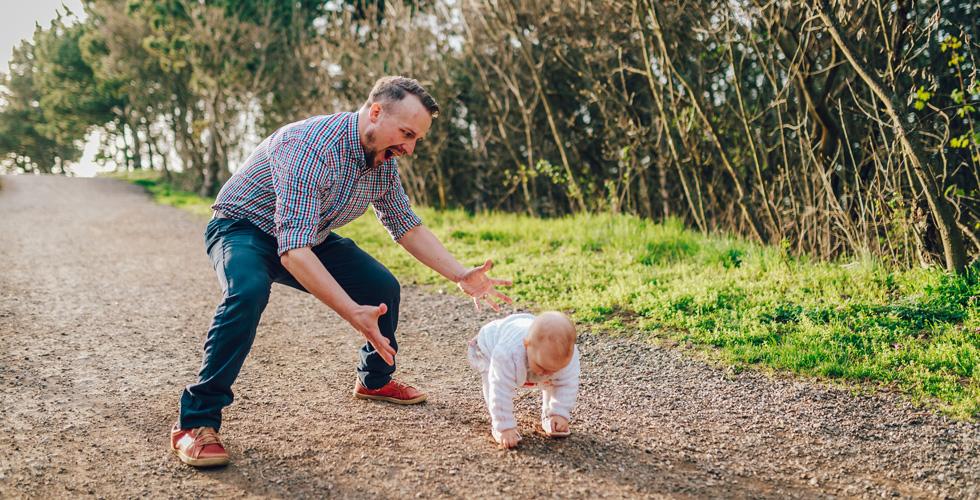 Отец гуляет в малышом