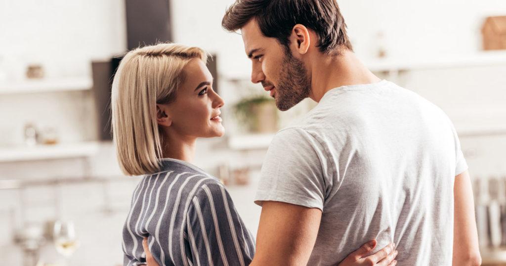Женщина и мужчина смотрят друг на друга