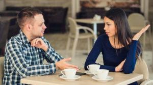 Мужчина и женщина разговаривают за столом
