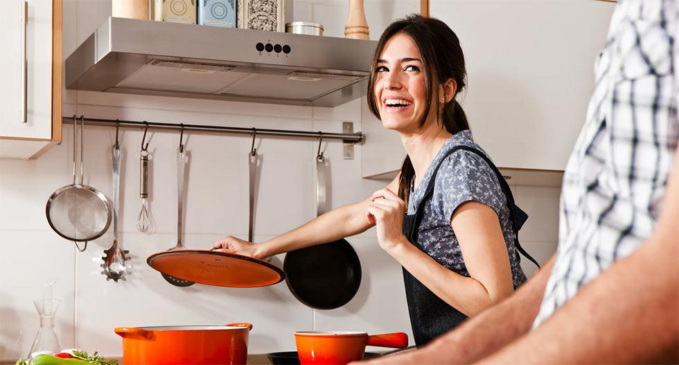 Женщина старается приготовить вкусный обед