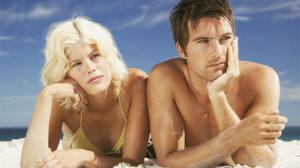 Пара недовольна друг другом на отдыхе