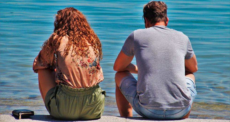 мужчина и женщина у воды вид со спины