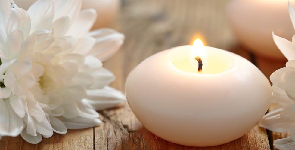 Свеча и хризантема