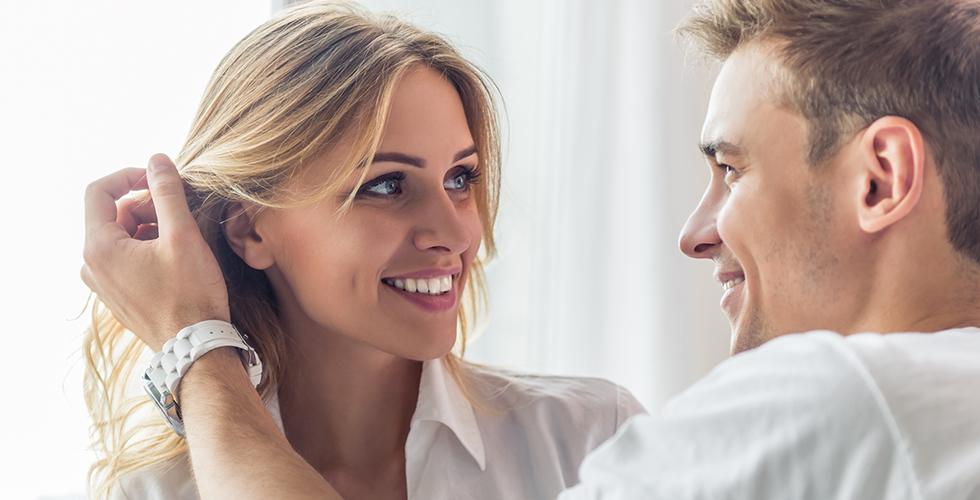 Женщина смотрит на мужчину любящим взглядом